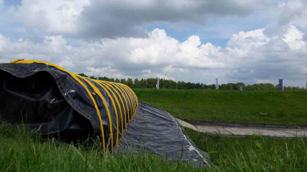 Wie-Wasser-auf-einem-Deich-Stop-mit-einer-temporären-Hochwasserschutz